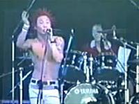 反日 フジロックで日の旗(旭日旗)を引き裂く韓国のロックバンド