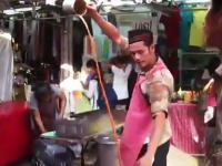 タイの屋台職人。秘技「エクストリーム回転注ぎ」で見る人を楽しませてくれる