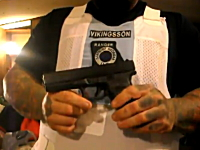 拳銃で自分の腹を撃つ。防弾チョッキの性能を体を張って証明してくれる男性