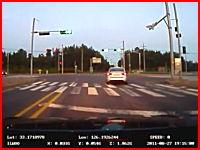 首が逝った?信号無視の二人乗りスクーターが車の横っ面にどーん!な事故