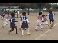 チームの味方も敵もみんな涙目。少年サッカーで一人だけレベルが違う動画