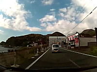 東伊豆道路。オラオラすり抜けバイクが歩行者を轢きかけるギリギリ動画。