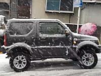 大雪の降った横浜で坂道で立ち往生してしまったプリウスを助けるジムニー。