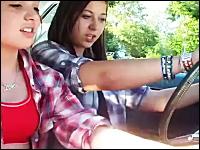 逃げたwww突然動き出した車にパニックになる少女たち。ハプニング動画