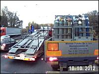 割り込み攻防。右折車線からやってきた黒CARとトラックがガッツンガッツン