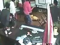 武器でけえ(@_@;)中国マフィア同士の抗争を撮影した監視カメラの映像