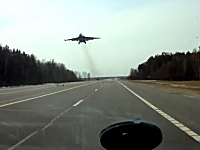 ロシアではジェット戦闘機も高速道路を通りたがるドラレコ。しかも2機もw