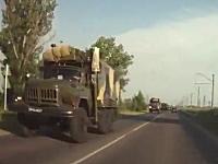 これは頭を抱えるわ・・・。ロシアで軍隊のトラックと一般車が正面衝突。