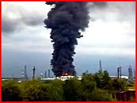 これはヤバイ!逃げて!逃げて!石油工場火災を撮影していたら突然の大爆発!