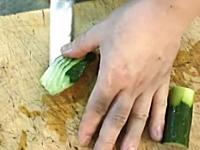 職人動画。板さんにキュウリを与えるとこうなる動画。包丁さばきが美しい。