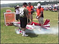 どんな飛び方だよ。ラジコン飛行機で高度な技を連続で披露するRC神動画。